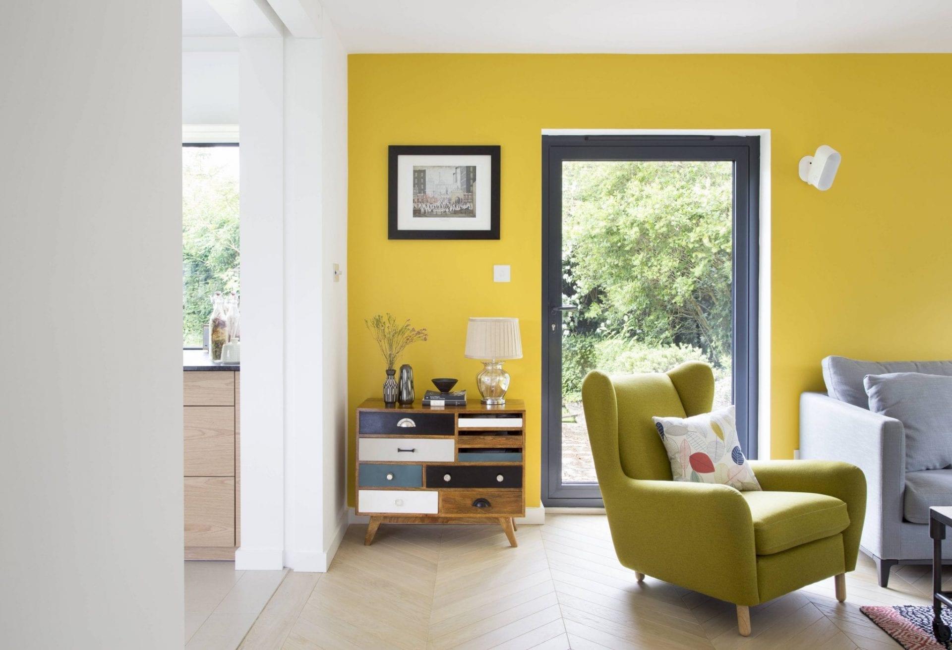 желтые стены серый пол фото снимок делают положении